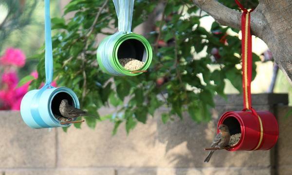 кормушки для птиц из жестяных банок, окрашенных в яркие цвета