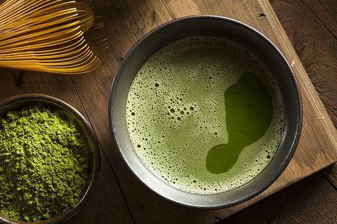 O chá verde matcha está cada vez mais na moda e presente na dieta diária de muitas pessoas. E há razões para isso. É que este pó verde de alta qualidade traz inúmeros benefícios para a saúde. Sabe mais aqui!