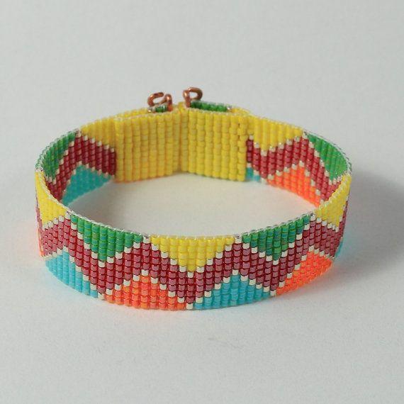Jai main perlé ce bracelet Inca indien zig-zag sur un métier à tisser à Albuquerque, Nouveau-Mexique. Le design est inspiré par un motif Inca antique