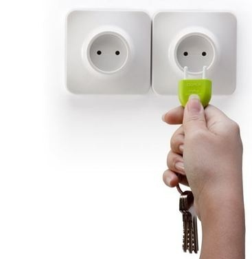 Se te pierden las llaves?  Llavero con forma de enchufe y portallaves para fijar en la pared.