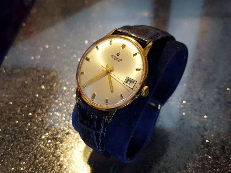 Verkaufe Junghans 14kt.585 Gold Armbanduhr 17 Jeweils mit Datumanzeige .Kaliber 620.02. Made in Germany.(60er Jahre) Auf dem Deckel ist eine Gravierung.Glas wurde fachmännisch bei Uhrmacher aufpoliert.am 03.07 um ca.15 Uhr vom Uhrmacher aufgezogen ,jetzt ist 04.07 um 17.15 die Uhr läuft. 05.07 8.10 die Uhr läuft.05.07. bis 15.35 ist die Uhr gelaufen .Dunkelblaues Lederband. Sehe bitte Photos. Bei fragen bitte Mailen. Kaufen Sie bitte nur wenn Sie mit dem zustand einverstanden sind. Das ist…