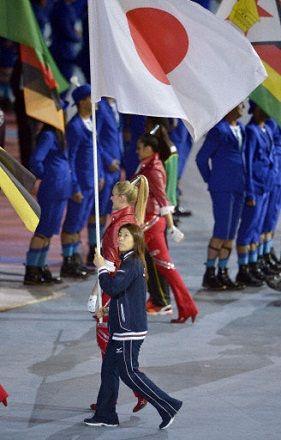 閉会式で旗手を務める吉田沙保里選手=12日、五輪スタジアム(共同)
