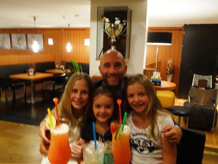 Hotelch Joachim Nischler beim Cocktailmixen mit den Kleinen