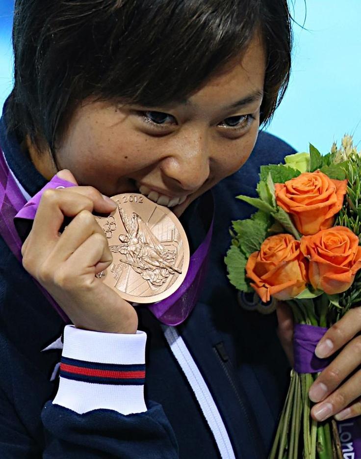 五輪・競泳 銅メダルをかじる女子100メートル平泳ぎの鈴木聡美