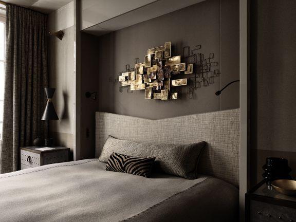 Dans la chambre, une sculpture murale de Curtis Jeré acquise lors d'une vente Tajan trône au dessus d'une tête de lit en tweed, dessinée par Jean-Louis Deniot et recouverte du tissu Oscar (Pierre Frey).