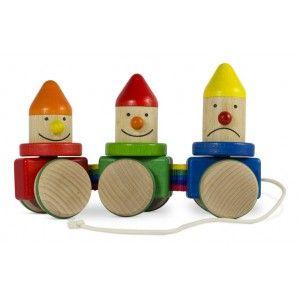 3 Drewniane Krasnale do Ciągnięcia na Sznureczku Bajo 24210 już u nas. Pięknie wykonana drewniana zabawka na gumowych kółkach, posiada sznureczek do ciągnięcia. Kiedy dziecko ciągnie zabawkę trzy śliczne krasnale ruszają główkami na boki. Czy krasnale są zabawką zręcznościową ? Sprawdź:)