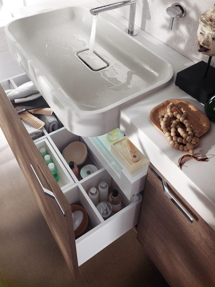 In bagno, i mobili lavabo a cassetti garantiscono ampi spazi in cui riporre in ordine l'occorrente per la toeletta e anche per la pulizia.