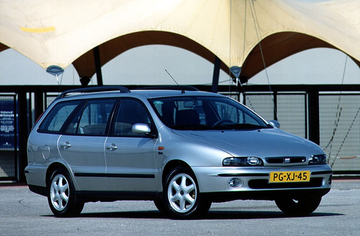 Fiat Marea Weekend, Zo eentje in blauw was onze auto nummer 4. Bijzonderheid was dat je niet alleen de achterklep kon openen, maar daarbij ook de achterbumper neer kon klappen.