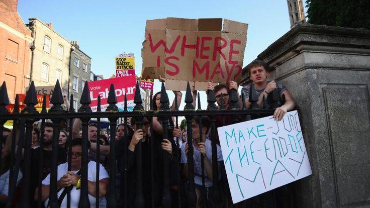 """Labour-Anhänger protestieren in Cambridge gegen die britische Premierministerin. Aug dem Plakat rechts ein Wortspiel: """"Macht den Juni zum Ende von May"""""""