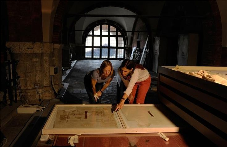 ❤ =^..^= ❤  In Milan's Basilica of Sant'Ambrogio: Prof. Dr. Sabine Schrenk (r.) of the University of Bonn and Cologne textile restorer Ulrike Reichert with the valuable silk tunics.
