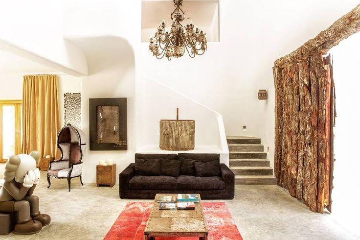 La lujosa mansión de Pablo Escobar que se convirtió en hotel en Tulúm. Diseño arquitectónico. Acabados arquitectónicos. Muebles. Sofá.  Mesa auxiliar en madera. Tapete. Poltrona. Cuadro decorativo. Lámpara araña. Encuentra dónde comprar este diseño y Producto en Colombia.