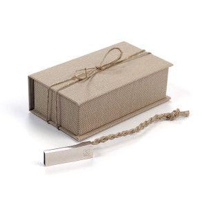 Krabička na USB flash, paměťové karty a drobné svatební dárky.