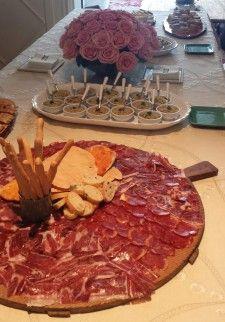 Tablas de quesos con distintas mermeladas, tablas de ibéricos, rollitos de pato pekinés, gazpacho, ensalada tabulé...