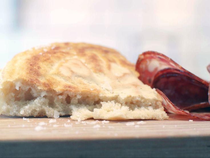 Ångstekt bröd med syrat smör och charkuterier | Recept från Köket.se