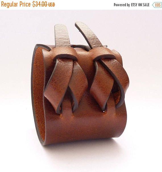 Diese handgefertigte Manschette ist aus Mahagoni Farbe hochwertige leicht pflanzlich gegerbtem Leder gefertigt. Dieses besondere Leder ist Wasserbüffel. Wie alle unsere Produkte ist diese Manschette einfach im Design und einzigartig. Kein Metall, Kunststoff, Haken oder Druckknöpfen sind