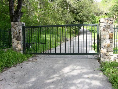 Best 25 metal driveway gates ideas on pinterest front for Aluminum gates for driveways