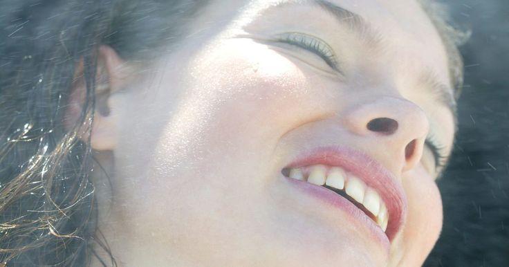 Como fazer um tratamento a vapor nos cabelos em casa. Tratamentos a vapor são extremamente benéficos para o cabelo e contribuem muito para sua saúde. O processo abre a cutícula do fio para permitir que um condicionador profundo penetre em seguida, dando um aspecto saudável, macio e forte aos cabelos. Os tratamentos profissionais com vapor custam mais de R$200, então, aprenda a fazer isso em casa para ...