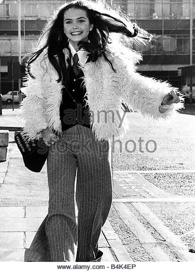 Fiona Fullerton November 1972 Actress Alice In Wonderland at Heathrow after a quick tour of America for premiere (388×540)