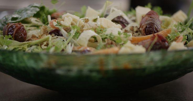 Jeroen zet het jaar in met een frisse salade met een romige vinaigrette op basis van zure room. Gebakken dadels verpakt in een lapje gerookt spek en brokjes belegen kaas zorgen voor karakter en de goesting om de borden nog eens vol te scheppen.extra materiaal:een dunschillerhouten prikkers (tandenstokers)een friteuse met arachideolie