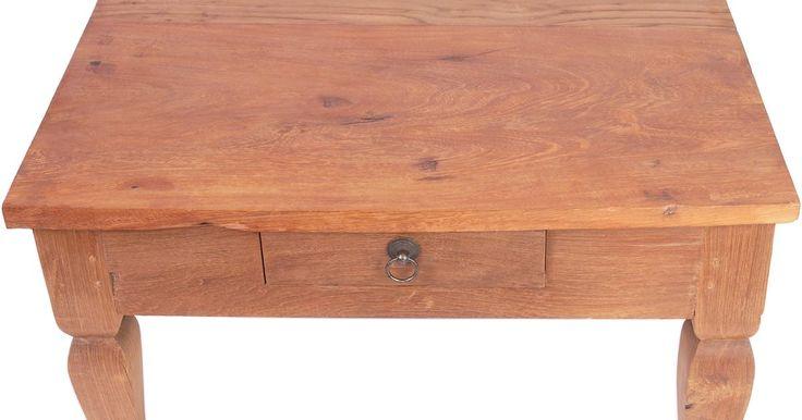 Álcool e danos em móveis de madeira. O álcool isopropílico tem uma variedade de usos, mas pode danificar algumas superfícies que entram em contato com ele. Se você sem querer derramar álcool em seu móvel de madeira, o álcool pode causar danos à superfície, que, se não tratada, pode danificar a madeira. Você pode reparar os danos do álcool isopropílico e recuperar o seu móvel de ...