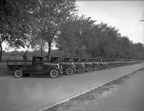 Montreal Star delivery trucks  ca 1930s