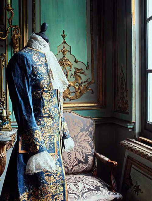 GILET D'HOMME, 1760.    Men's cardigan  created by Isabelle de Borchgrave for the exhibition Papiers à la Mode in Japan in September 2001.    Photo : René Stoeltie.