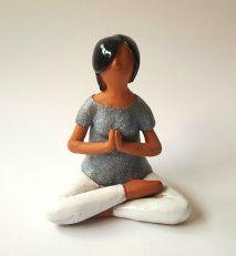 Even helemaal weg is ze deze dame in yogahouding. Ze is handgemaakt van donkere klei vervolgens is ze geglazuurd. Ik trok haar een witte broek aan en een blauw truitje met glimmers. Tot slot gaf ik…