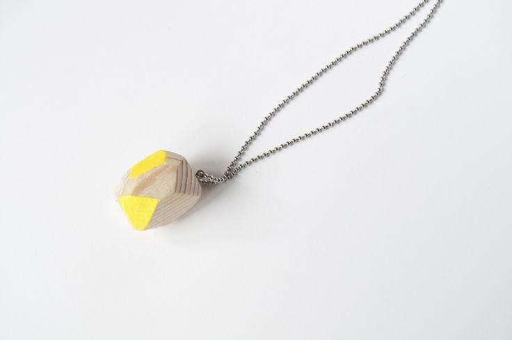 Collana pebble gialla in legno di abete e acciaio - yellow wooden necklace with stainless steel chain