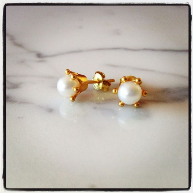 Crown Earrings with white pearl Price: 25€