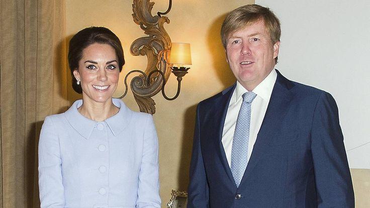 Kong Willem-Alexander tog varmt imod hertuginde Catherine i Holland, da hun for første gang gennemførte et officielt besøg i udlandet på egen hånd.