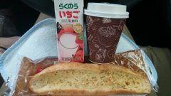 今日のお昼はヤマザキから新発売のガーリックフランスカフェオレとらくのういちごと一緒にいただきました()  #熊本県#山都町#島木 tags[熊本県]