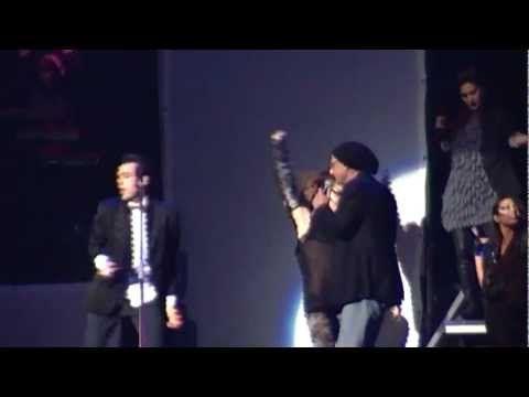 29 novembre 2011, Solo 2.0 Tour, Roma, Palalottomatica. Sullo scat finale di Un gioco sporco sale sul palco il veterano Gegè Telesforo. Tecnica e sensibilità musicale, suono e voce, si sfidano in un duello in cui vince la musica. E la musica è Marco, dalle corde vocali all'anima.