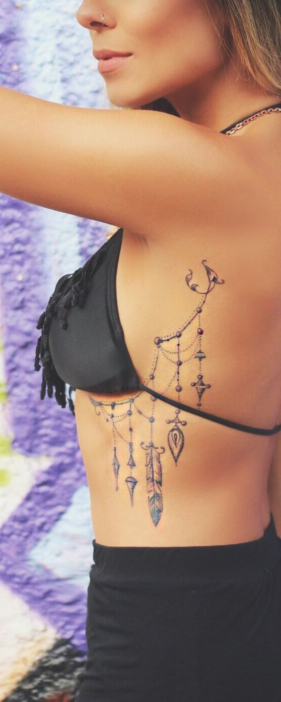 Tatuagem perto do busto