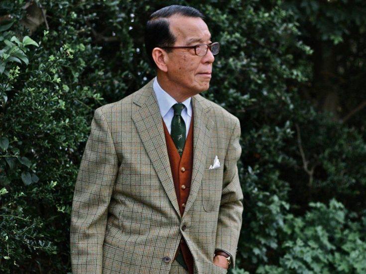Une tenue très ancrée dans le style preppy (à travers le col de chemise, les boutons en laiton du gilet, les motifs et la poche poitrine plaquée de la veste) mais qui n'en fait pas trop. Par Yukio Akamine.