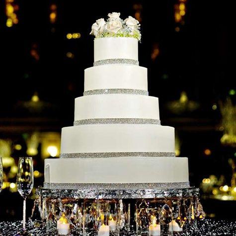 Torta de boda decorada con malla de imitación de diamantes sobre base metalica y velas. #Bodas