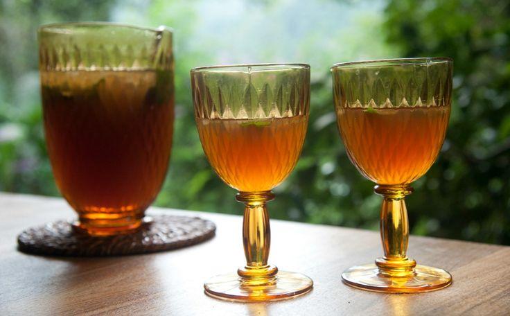 Drinque mineiro de cachaça e chá mate