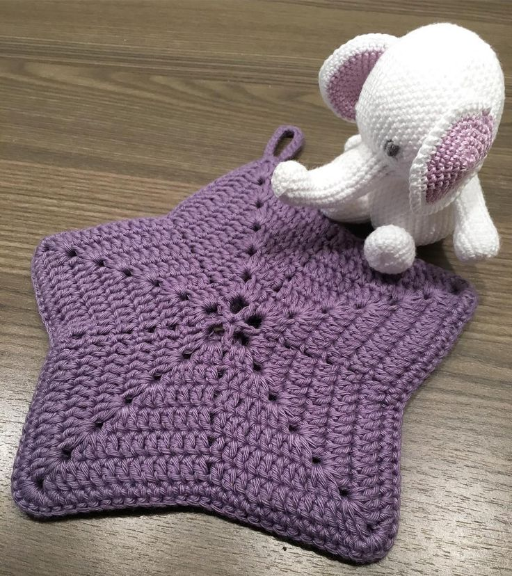 Hekta på grytekluter en enkel stjerne i lilla. Med lille Ellie som passer på   #hekling #hækle #hæklet #crochet #gryteklut #potholder #amigurumi #diy by hobbyreiret