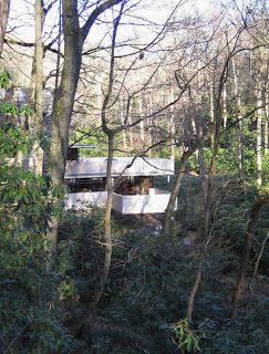 O EDIFÍCIO   A casa da cascata é uma residência localizada perto de Pittsburgh, no Estado da Pensilvânia nos Estados Unidos. Ela foi constru...