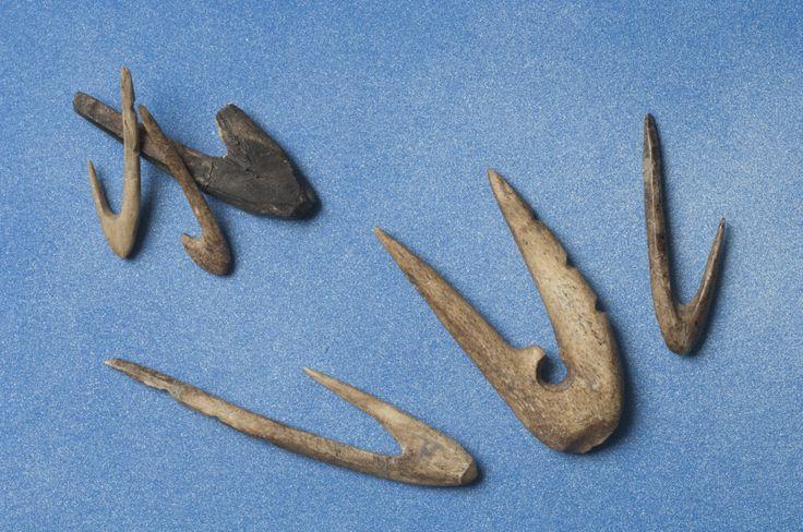 Fiskekroker av bein - Fish hooks of bone.