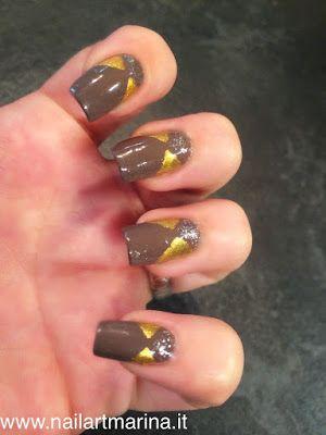 Unghie marroni e oro fatte con l'aiuto del filo adesivo per sfoggiare durante l'autunno.