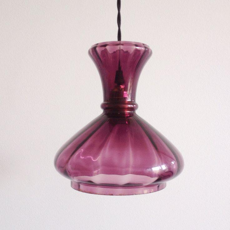 Lámpara vintage transparente morada años 70. (Aprox. 210x190 mm Alt x Anch) Puedes personalizar tu lámpara por encargo. Disponemos de diferentes accesorios y cables de