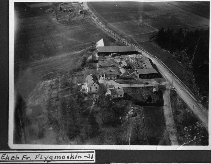 Flygfoto över Ekeby gård 1931. Man ser Riksettan som är under ombyggnad till betongväg.