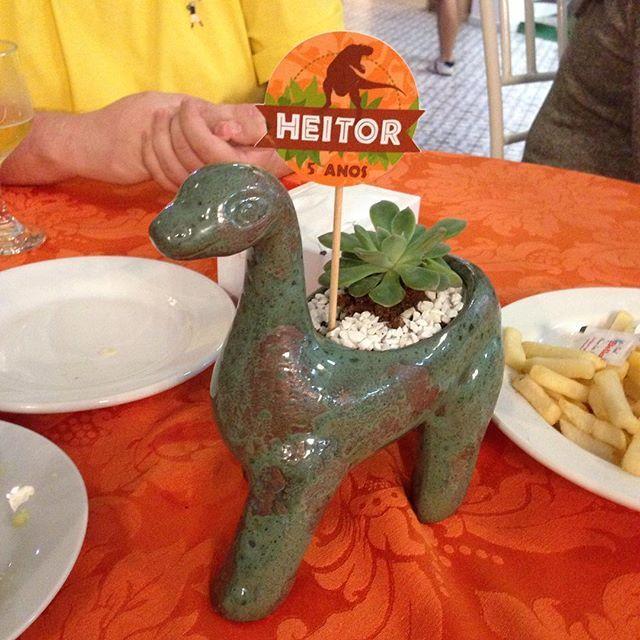 E viva o Heitorzinho!!! Lindo demais esse centro de mesa dinossauro @ceramicaamelinha  #heitor5anos #temadinossauro #festadinossauro #centrodemesa #festainfantil #kidsparty #loucasporfestas #entrenafesta