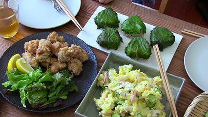 Le Temps d'un bivouac - Salade de pomme de terre à la mode de Tokyo - 5 pommes de terre cuites à l'eau 30-40 min puis épluchées, refroidies et écrasées. Saler et poivrer, ajouter 1 càs de moutarde à l'ancienne, 1 oignon rouge coupé en fines lamelles, 1 concombre en fines tranches, 3 tranches de jambon blanc coupées en dés, 2 oeufs durs coupés en fines tranches, 2 càs de mayonnaise. Mélanger bien et déguster bien frais