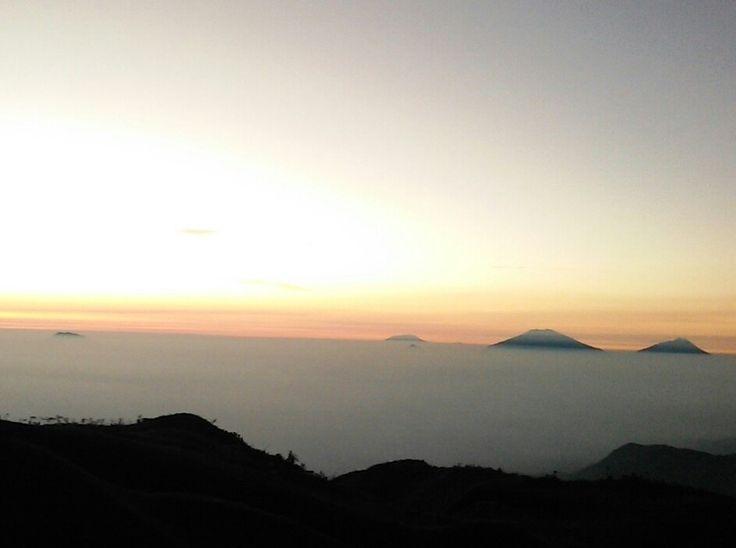 Awan menyelimuti langit terlihat dari atas Gn.Prau Dieng di ketinggian 2.565 mdpl.