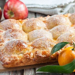 Пирог из творожного теста с яблоками