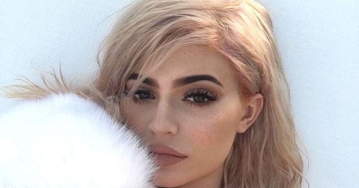 Kylie Jenner showed off her new rose-gold locks by posing in a series of social media posts on Thursday, October 6 — see her hair here