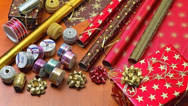 Zabalené dárky budou vypadat hezky, když zvolíme stejnou barevnou kombinaci jako na výzdobu vánočního stromku. K balicímu papíru ladíme i stuhy.