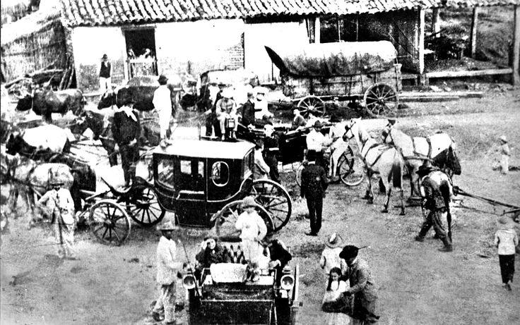 Ponto de muda e descanso na Estrada da Graciosa, no Alto da Serra. Temos uma diversidade de conduções, até com uma bicicleta no meio dos veículos. A imagem foi gravada em meados da década de 1880