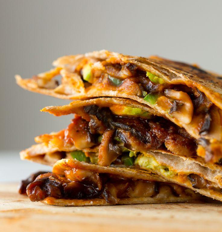 """Vegane Quesadillas mit Süßkartoffel-Hummus und Pilz-""""Speck"""""""